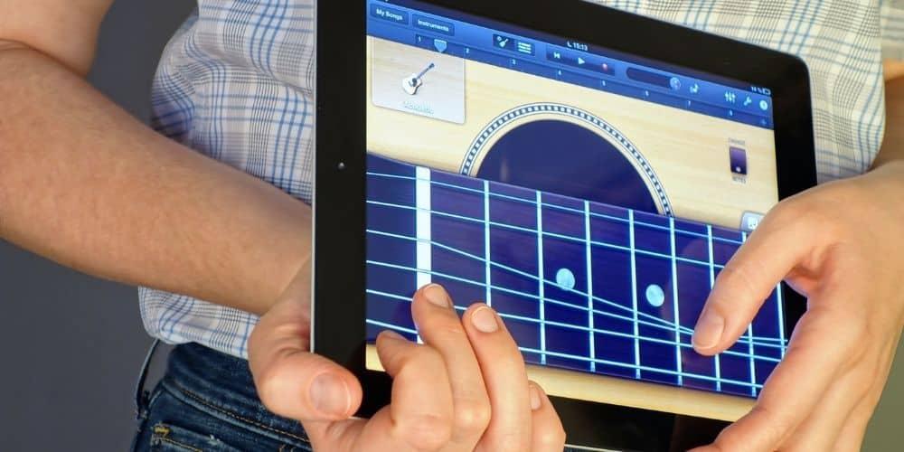iOS Smart Guitar - iOS versus macOS Garageband (iPad)